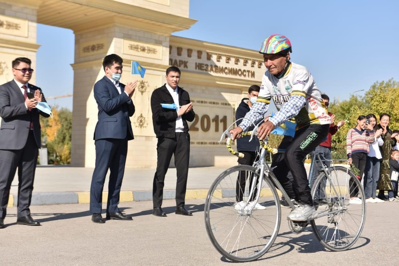 Шымкенттік зейнеткер Түркістанға велосипедпен жетпек 1